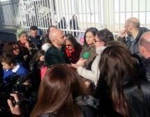 """""""Striscia la notizia"""" a Benevento per i bambini costretti a mangiare il panino fuori dalla scuola."""